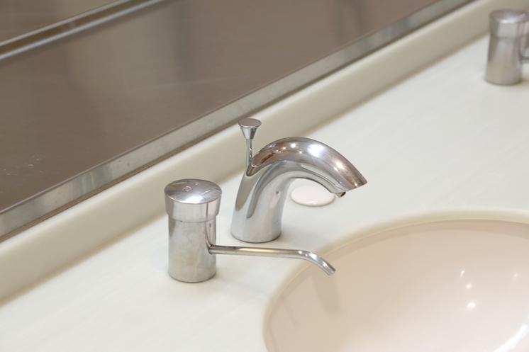 江戸川大学が駒木キャンパス内のトイレ洗面台蛇口を非接触式(自動水栓)に全面更新 -- 新しい生活様式に対応