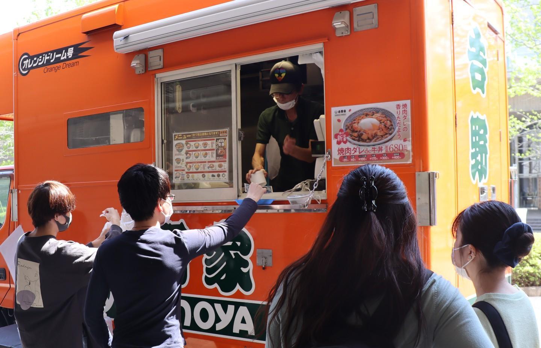 千葉東金キャンパスで地元飲食店の弁当販売 久々の対面授業への活力に、吉野家の牛丼も